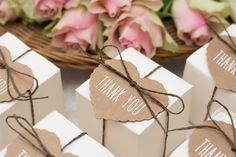 Zo bedank je je bruiloftsgasten    Als pas getrouwd stel wil je je vrienden en familie op gepaste wijze bedanken voor hun aanwezigheid. Zo kan je bedankjes uitdelen of achteraf versturen.