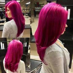 Outre la magnifique coloration fuchsia qui a été appliquée dans les cheveux de cette jeune femme, c'est aussi l'originalité de sa coiffure que l'on remarque. En effet, le coiffeur a réalisé un joli mouvement dans les longueurs, ce qui brise la ligne droite.