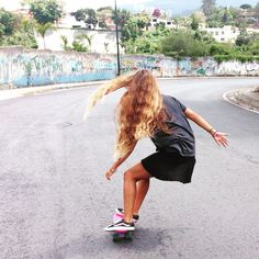 I really really need the new #penny longboard and roll into the streets of Cali again @pennyskateboards #escapethere #skategirl #skatelife #summerhair #puravida #enjoy #dreamer #livethesearch #Venezuela #longhair #goodvibes #dreamer #pennymoments #pennyshots #plos #vansforlife by valenflores