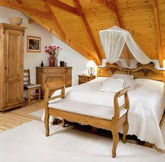 Lágy dombok, szőlővel beültetett lankák közé simulva, a Balaton-felvidéken található ez a gyönyörű ház, mely elsőre semmiben sem különbözik szépen felújított társaitól Home Hacks, Natural Living, Home Bedroom, Outdoor Furniture, Outdoor Decor, Loft, Woodworking, Cottage, Rustic