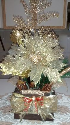Cachepô de natal para mesa, feito em madeira MDF, com bico de ,papagaio dourado com diversos arranjos, juta importada, festão importado,diversas fitas, diversas sementes da natureza secas e envernizadas ou pintadas.