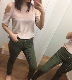 WEBSTA @ achadinhosp - Blusa de veludo com recortes nos ombros linda da @cea_brasil ❤️ Tem disponível nas cores: Rosa, Vermelho, Vinho, Azul e Preto. • Custa $49,99   • Provei tamanho p   • Marca Yessica   . . . . . .Pra quem tá procurando uma calça verde militar, achei essa bem linda e com o preço ótimo na @cea_brasil. No lugar do zíper ela tem esses botões. O tecido dela é 97% Algodão e 3% Elastano. • Custa $69,99   • Provei tamanho 38   • look completo @cea_brasil ❤️