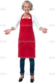 Sonrisa alegre de edad a chef mujer con los brazos abiertos