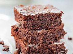 Brownie de creme de avelã  Ingredientes 1 ¼ de xícara de creme de avelã; 2 ovos; 1/2 xícara de farinha; manteiga para untar;  Modo de fazer 1 Preaqueça o forno a 170°C. Unte uma assadeira baixa média ou forre de papel-manteiga uma fôrma de aproximadamente 23 cm x 10 cm. 2 Misture os ingredientes com uma espátula e coloque a massa na assadeira. 3 Deixe no forno por cerca de 25 minutos e espere esfriar para desenformar e cortar. Decore o prato do brownie com avelãs.