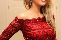 Lady in red poderosa! Um vestido clássico, atemporal e chiquéeeerrimo! Seu decote ombro a ombro com o desenho da renda é de um charme sem fim rs e o bordado romântico com canutilhos e pérolas enriq…