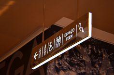 CLA Programação Visual | Direção de criação: Cynthia Araújo | Direção de arte: Raphael Imenes | Village Mall | Wayfinding Signage Display, Retail Signage, Signage Design, Directional Signage, Wayfinding Signs, Architectural Signage, Navigation Design, Sign Board Design, Sign System
