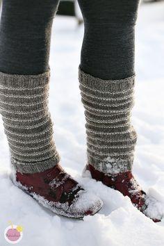 Paksut ja monikäyttöiset säärystimet, helppo ohje - Mehukekkerit Minimalist Outfit Summer, Winter Outfits, Summer Outfits, Knitting Socks, Knit Socks, Leg Warmers, Knit Crochet, Boots, Handicraft Ideas