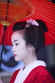 Kotohajime by Onihide, Maiko Japanese Geisha, Japanese Beauty, Japanese Kimono, Japanese Fashion, Japanese Girl, Ikebana, Japanese Trends, Oriental, Karate