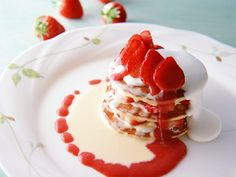 This dessert is very delicious and tasty. Strawberry Sundae, Strawberry Pancakes, Strawberry Desserts, Köstliche Desserts, Summer Desserts, Delicious Desserts, Yummy Food, Christmas Desserts, Strawberry Nutrition