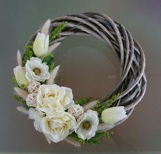 Summer Door Wreaths, Easter Wreaths, Holiday Wreaths, Wreath Crafts, Diy Wreath, Chocolate Flowers Bouquet, Wreaths And Garlands, Diy Easter Decorations, Flower Art