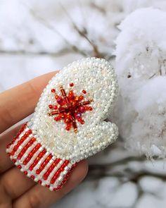 Пора начинать зимнюю тему)брошек. Сегодня покажу вам милую варежку-рукавичку. Брошь в наличии. Размер 7см. #брошь #украшения #аксессуары #варежки #руковички #белыеварежки #брошьварежка #скороновыйгод #брошьизбисера #украшенияручнойработы