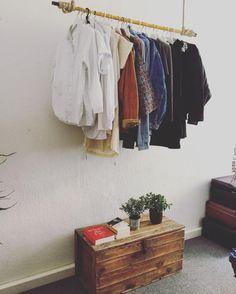 Eine coole DIY-Kleiderstange! Ganz einfach bringst du auf diese Weise Ordnung und individuelles Flair in dein Zimmer! #ideen #diy #möbel #holz