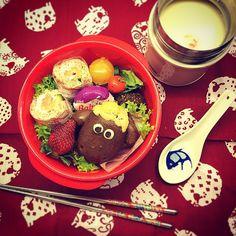 お兄やん連休明け、チビ太は3月入るまで旧正月休暇続きます パパさんも相変わらず各国飛び回って不在の為、3人でバタバタ  ⚫︎ひつじのショーン チョコレートパン ⚫︎スモークサーモンとクリームチーズのロールサンドイッチ ⚫︎キャベツとプチトマトの豆乳スープ ⚫︎ひよこ豆のコロッケ ⚫︎チーズ、サラダ、いちご - 73件のもぐもぐ - Shaun the sheep chocolate bun and Smoked salmon roll lunch box. by Yuka Nakata
