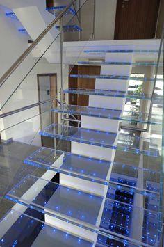 Pasos de escalera de vidrio con puntos de led integrados . Led Ideas Light Points #led #glass #stairs