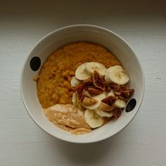 Pumpkin porridge with banana, figs and pb