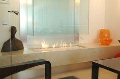 Deze hypermoderne glazen haard is een onmisbare toevoeging in elk modern interieur. Flat Screen, Candle Holders, Candles, Home, Design, Blood Plasma, House, Ad Home