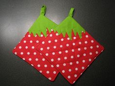 Strawberry Potholder  •  Free tutorial with pictures on how to make a pot holder / pot stand in under 80 minutes