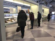 Algunos usuarios de #BibUpo observando el fondo de la exposición