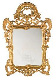 Espejo con marco estilo dieciochesco en madera tallada y dorada, hacia 1930