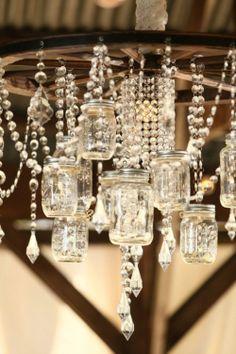 Kroonluchter van glazen potjes en kettingen