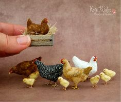 """""""Ain't nobody here but us chickens"""" Here are a few little hens and chicks hand sculpted in miniature scale using polymer clay, wire for . Just Some miniature Chickens Miniature Crafts, Miniature Houses, Miniature Food, Miniature Dolls, Miniature Rabbits, Diy Fimo, Polymer Clay, Needle Felted Animals, Felt Animals"""