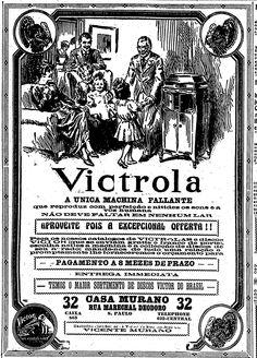 """""""Victrola, a única máquina falante que reproduz com perfeição e nitidez os sons e a voz humana. Não deve faltar em nenhum lar.""""  7 de novembro de 1919.   http://blogs.estadao.com.br/reclames-do-estadao/2012/05/17/maquina-falante/"""