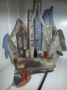 Drivtømmer by. Driftwood town/houses.  af EVAS.