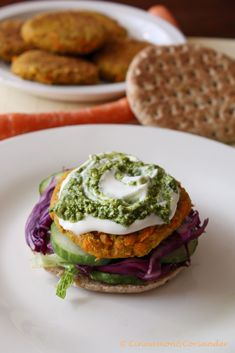 Vegetarische Kichererbsen Karotten Burger mit Koriander Pesto