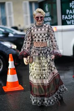 How To Wear Wallpaper Dresses This Spring To Look More Stylish And Cheerful Simple Dresses, Nice Dresses, Dress Over Pants, Dress Outfits, Fashion Dresses, Beige Trench Coat, White Turtleneck, Embellished Top, Spring Trends