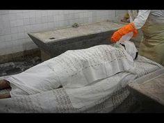 بالفيديو .. أغرب قصة لإمرأة ميتة ترفض تغسيلها وتتحرك على الخشبة، تعرفوا على السبب!!