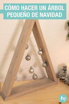 Árbol de Navidad casero ➜ Cómo hacer un árbol de Navidad pequeño con listones de madera y cuerda.  #Árbol #Navidad #Madera #DIY #Manualidades #Handfie Xmas Wishes, Wooden Tree, Christmas Wood, Triangle, Merry, Diy, Crafts, Handmade, Home Decor