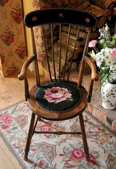 Sunshine Home Decor: Kanaviçe Sandalye model,Free cross stitch pattern Rose Cottage, Cottage Style, Antique Furniture, Painted Furniture, Hand Painted Chairs, English Country Cottages, Chair Pads, Rocking Chair, Country Decor