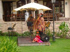 Os cantantes, a garota e a boneca. Peru