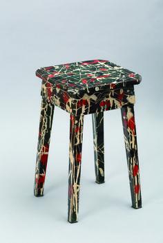 Banquito | 1984 | Banquito de madera pintado con esmalte sintético | 45 x 27 x 27 cm | Colección del artista | Fotografía: Gustavo Sosa Pinilla