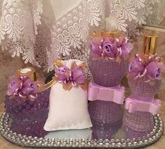 Conjunto Luxo para toalete com flores de seda e laço chanel, pode ser usado como kit madrinha, lembrança de casamento... Varias opções de fragância e adornos decorativos, podem ser feitos combinando com a decoraçao do seu evento.  Kit  1 sabonete liquido 250ml,  1 home spray 100ml,  1 aromatizado...