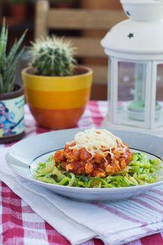 Espaguetis de calabacín con boloñesa de pollo #sinlactosa #singluten Bechamel, Mousse, Salsa, Healthy, Ethnic Recipes, Food, Veggie Omelette, Oven, Gluten Free Chicken