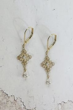 Helen & sienna -Maddy earring- A pearl sways under a pinnacle of crystal-studded gold.