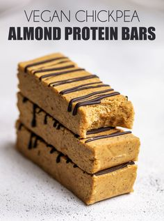 Vegan Chickpea Almond Protein Bars Soft vegan bars made up of only 5 ingredients that have a good amount of protein, fibre and healthy fats. These vegan chickpe Vegan Protein Bars, Vegan Bar, Protein Bar Recipes, Healthy Vegan Snacks, Yummy Snacks, Healthy Desserts, Gourmet Recipes, Vegan Recipes, Snack Recipes