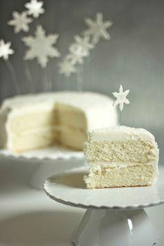 Прекрасное сочетание оттенков белого и изящный праздничный мотив.