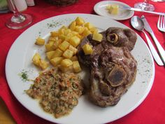 Cordero patagonico. Ushuaia, Argentina  La carne del cordero patagónico es una nueva estrella en la cocina internacional. Varias son las razones que confluyen para que esto ocurra. Por un lado, la mejora en el precio internacional, como producto de la salida de la convertibilidad. Por otro, su calidad y el estatus que le da el ser un producto de la Patagonia, zona muy valorada en otros mercados como los europeos.
