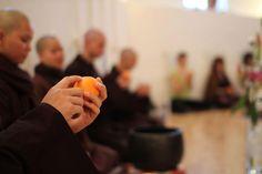 Beneficios de la atención plena (mindfulness): artículo que explica un sencillo ejercicio de atención plena con una mandarina