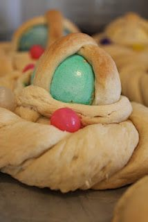 Cadula (Caddura): Italian Easter Pastry - recipe from family days in Sicily. I would love to try a version of this with candy easter eggs that wouldn't melt during the baking process as well! Much fun here :) Italian Bakery, Italian Pastries, Sicilian Recipes, Pastry Recipes, Sicilian Food, Authentic Italian Desserts, Holiday Bread, Easter Brunch, Eat Dessert First
