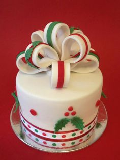 Christmas Cake - Holly leaves and berries. Chrismas Cake, Mini Christmas Cakes, Christmas Cake Designs, Christmas Cake Decorations, Christmas Sweets, Christmas Cooking, Holiday Cakes, Noel Christmas, Christmas Goodies