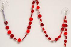 Slinger CIRKEL - Rood/oranje: vrolijke slinger met cirkels in diverse kleuren. Ca. 1,5 m lang, doorsnede cirkels ca. 2,5 cm. Naar wens op maat gemaakt in de door jou gewenste kleuren!