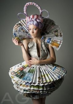 Recycled Dress Ideas Check out these creative ways to recycle looks like something Effie Trinket would wear Recycled Costumes, Recycled Dress, Recycled Clothing, Newspaper Dress, Newspaper Crafts, Recycle Newspaper, Paper Fashion, Fashion Art, Fashion Design