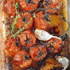 Avez-vous déjà testé les tomates rôties maison ? C'est un pur régal et c'est tellement facile à faire ! A manger en salade, accompagnement de grillades ou telles quelles. Voici la recette...