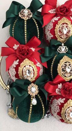 Beaded Christmas Ornaments, Christmas Tree Decorations, Christmas Crafts, Xmas Tree, Traditional Christmas Tree, Christmas Traditions, Red Green, Brooches, Sparkle