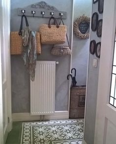 De komende foto's ga ik jullie meenemen door ons huisje. Wij wonen in een bolwerk huisje. We beginnen in het halletje achter de voordeur. Op de kapstok is het al zomers met de rieten tassen. Nieuwe volgers welkom we zijn de 100 gepasseerd. Geniet de komende dagen van de tour door ons huisje...... #hal #hall #kapstok #coatrack #regaal #kalkverf #distemper #kleureucalyptus #coloreucalyptus #rietentassen #wickerbags #krans #wreath #paraplumand #umbrellabasket #portugesetegels #portuguesetiles…