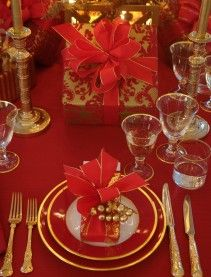 Elegant red and gold Christmas tablesetting