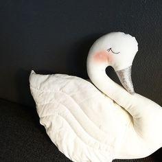 Swan pillow @bystaer •